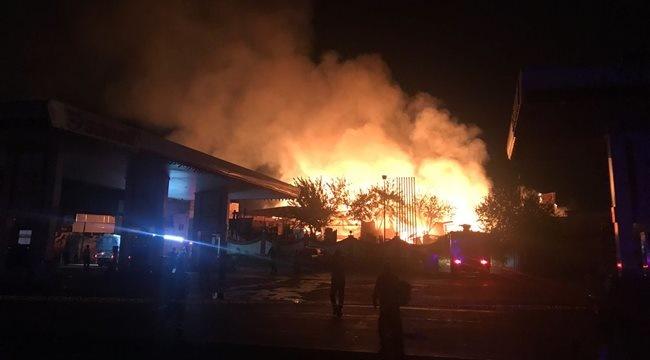 Şanlıurfa merkezde Oduncular Pazarı'nda bulunan petrol istasyonun hemen yanında yangın çıktı. Gece geç saatlerde kontrol altına alınan yangın, petrol istasyonuna sıçramadan söndürüldü.