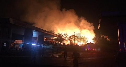 Şanlıurfa'da Oduncu Pazarı'nda yangın