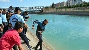 Sulama kanalına düşen çocukları vatandaşlar kurtardı