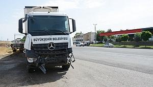 Belediyenin Tırı Traktöre Çarptı