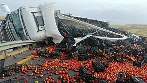 Domates yüklü tır traktöre çarptı: 2 yaralı