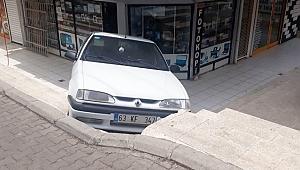 El freni çekilmeyen otomobil dükkana çarptı