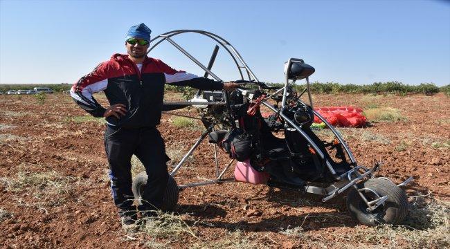 Motorlu yamaç paraşütü Barak Ovası'nda gösteri yaptı