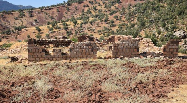 PKK'nın katlettiği yakınlarını Türk bayrağı asarak anıyor