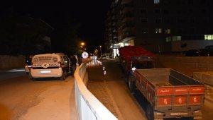 Yokuşta arızalanan kamyoneti traktör durdurdu