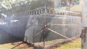 Bağlar'da parklardaki tel örgülerden kaldırılıyor