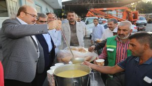 Nizip Belediye Başkanı Sarı, işçilerle çorba dağıttı
