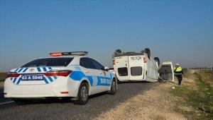 Şanlıurfa'da minibüs şarampole devrildi: 2 yaralı