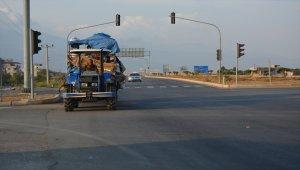 Traktör üzerinde tehlikeli yolculuk
