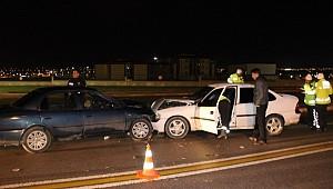 İki araba kafa kafaya çarpıştı: 6 yaralı