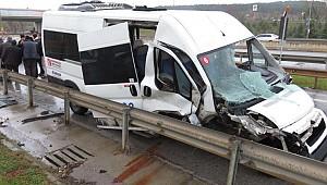 Yağmur kazası; servis minibüsü devrildi