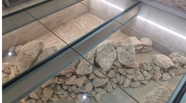 Belediye binasının altında tarihi mozaikler bulundu!