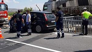 Bariyerlere çarpan otomobilin sürücüsü öldü, ailesinden 4 kişi ağır yaralı
