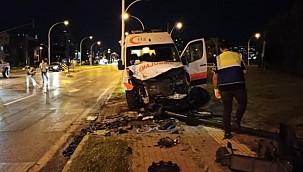 Ambulans ile ticari araç çarpıştı: 3 yaralı