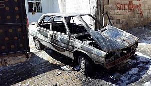 Urfa'da Park halindeki otomobil kül oldu