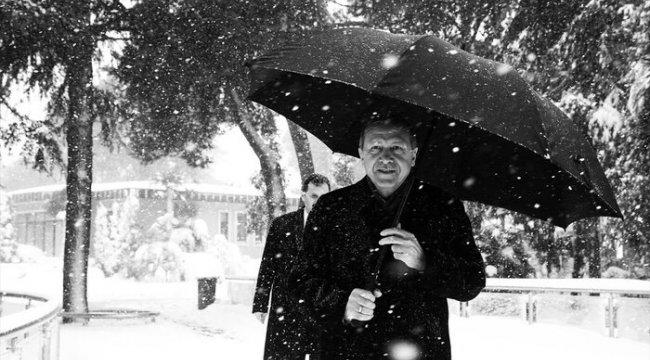 Cumhurbaşkanı Erdoğan'dan kar altında yürürken fotoğraf paylaşımı