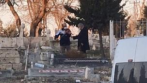 Şaşkına çeviren olay: Mezar başında keman çaldırdı
