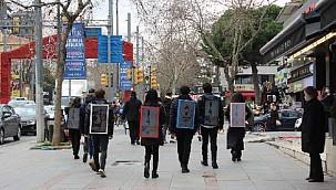 İstanbul sokaklarında yürüyen reklam panoları! Günde 5 saat yürüyüp 300 lira kazanıyorlar