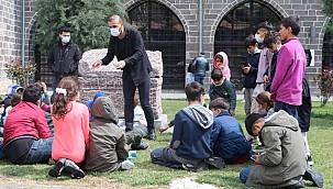 Diyarbakır'da tarihi mekanlarda simit satıyordu, arkeolog oldu